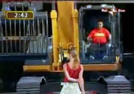 İş makinasıyla striptiz - 11